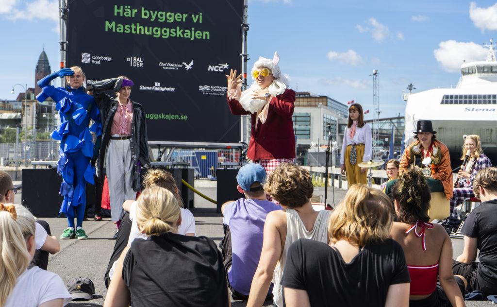 Ungdomar spelar upp barnteatern Alice i Unerlandet.