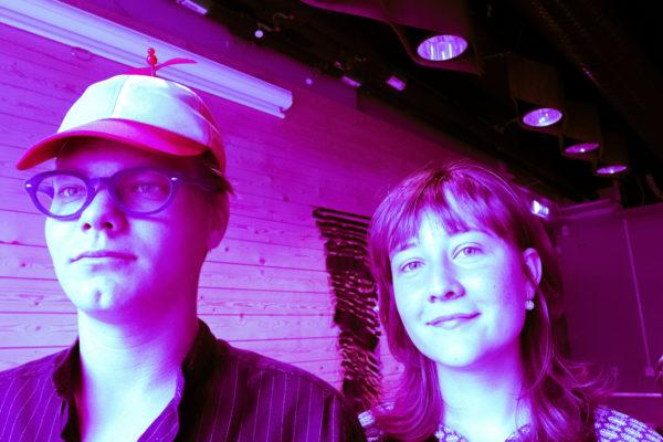 Foto på två ungdomar där bilden är redigerad och har en lila och rosa nyans