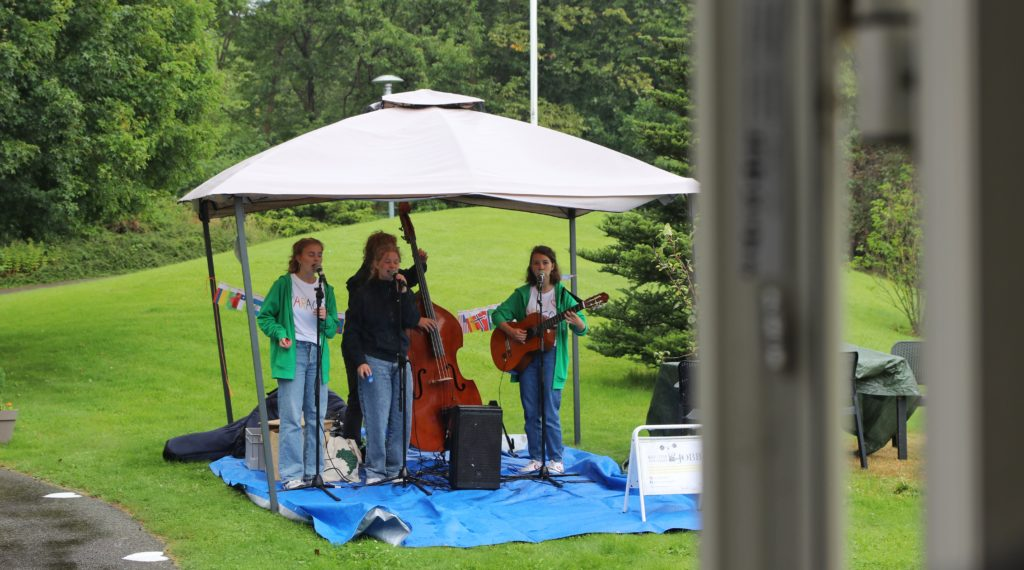 Fyra ungdomar spelar musik i ett provisoriskt partytält