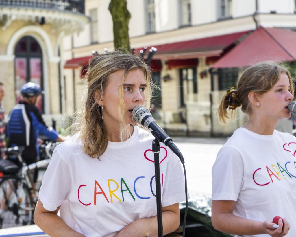 Två ungdomar sjunger utomhus
